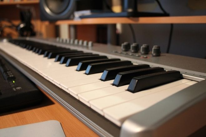 What is a midi keyboard controller and do i need one for House music midi